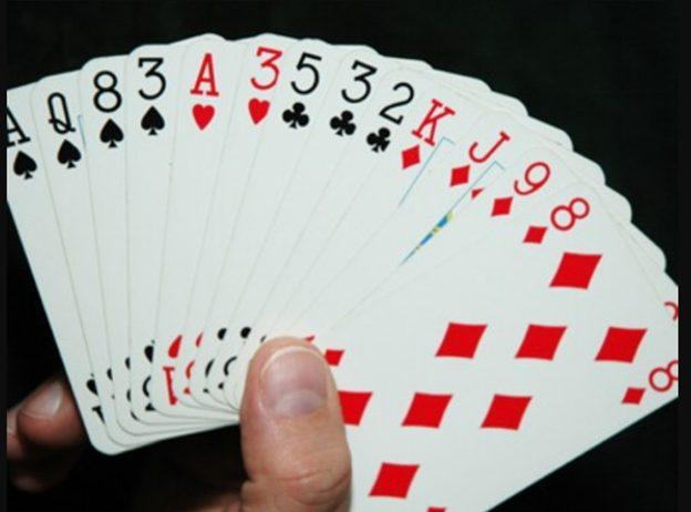 Chỉ với một bộ bài lơ khơ 52 lá mà chúng ta có thể chơi được rất nhiều trò khác nhau. Và nói tới bài tiến lên thì chắc chắn sẽ có nhiều người nghĩ ngay tới được hình thức chơi phỏm đã được mọi người chơi tù rất lâu về trước. Đây không chỉ đơn thuần là một hình thức giải trí mà chúng còn bắt người chơi phải tư duy rất nhiều để có thể đưa ra được một lối đánh hợp lý, đem lại chiến thắng cho bản thân. Chính vì vậy, càng ngày lại càng có thêm nhiều người tham gia vào loại hình chơi phỏm. Không chỉ vậy, có nhiều game bài đổi thẻ còn chỉ sử dụng duy nhất một loại hình chơi bài là phỏm.  Phỏm là gì? Phỏm là một hình thức chơi bài sử dụng bộ bài tây 52 lá. Đây là một hình thức chơi bài đã được sử dụng từ lâu và vẫn được ưu chuộng cho đến ngày hôm nay. Tuy luật chơi là khá dễ học nhưng để có thể trở thành một người chơi chuyên nghiệp thì lại là một điều không hề đơn giản. Nhưng cũng chính vì lý do đó mà có rất nhiều người chơi tìm đến trò chơi này với mục đích giải trí.  Hinh1  Phỏm là gì?  Khi chơi mỗi người sẽ được chia cho 9 lá bà và một người được quyền đánh đầu tiên là 10 lá. Nhiệm vụ của tất cả mọi người chơi là kết hợp những quân bài thành phỏm và giảm thiểu số điểm có trên bài của mình. Tuy nghe rất đơn giản nhưng thực sự để có thể ăn được những quân bài cũng như chiến thắng được trò chơi này với những người khác là một điều không hề đơn giản.  Khái liệu về ù và ù khoan Thông thường, chắc mọi người cũng biết được rằng là ù là khi người chơi dành được chiến thắng hay có được đủ 3 phỏm trên bài. Và tất nhiên người ù sẽ là người chiến thắng và ván đấu sẽ được kết thúc luôn. Tuy nhiên có một kiểu ù khác nữa là ù khoan, đây không phải là miêu tả chiến thắng. Đây là một kiểu ù mà khi chia song bài mà trên bài đó không có bất cứ một cạ nào cả, tứ là không thể kết hợp thêm bất cứ một quân bài nào mà có thể tạo ra được phỏm.  Hinh 2  Không có cạ cũng sẽ được tính là ù  Tuy nhiên với nhiều nơi thì việc này cũng không được tính là ù, tùy theo phong cách chơi của từng vùng miền 